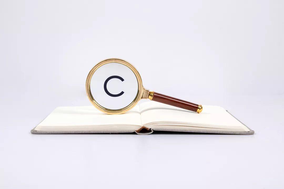 注册商标需要通过法定申请程序进行核准注册才能获得,我过实行申请原则和使用原则,但是只有通过注册核准的注册商标才拥有商标专用权,受到《商标法》保护,未注册商标则不受《商标法》保护。由于商标的使用并不需要通过注册,且在使用中的区别也比较小,因此难以区分哪些商标是未注册商标,哪些是注册商标。